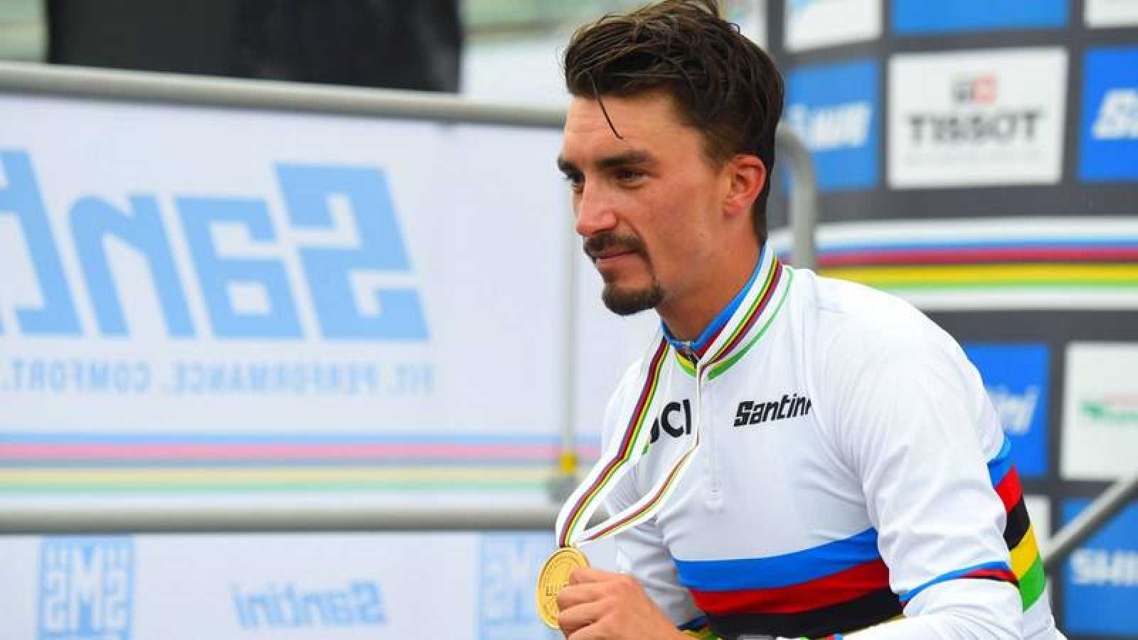 El ciclista francés Julian Alaphilippe posa con la medalla de oro de campeón del mundo en Imola en 2020.