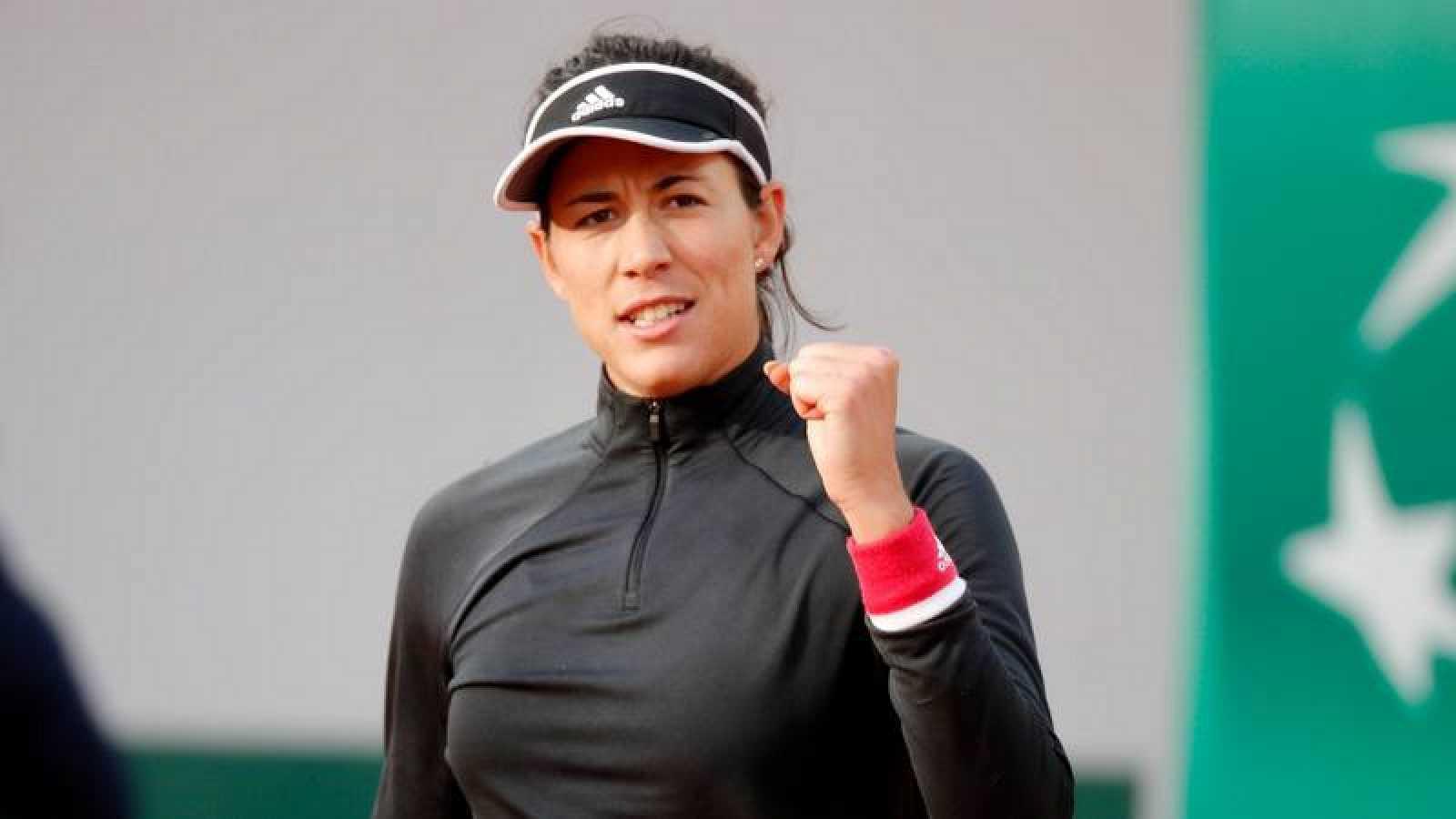 La tenista española Garbiñe Muguruza celebra un tanto ante Krystina Pliskova en Roland Garros 2020.