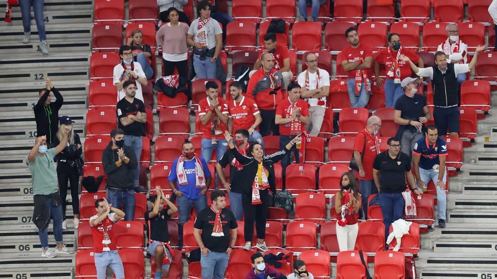 Varios aficionados sevillistas durante la finald e la Supercopa de Europa
