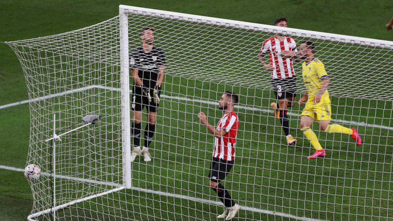 El jugador del Athletic de Bilbao Unai López (centro) se lamenta tras introducir el balón en su propia portería