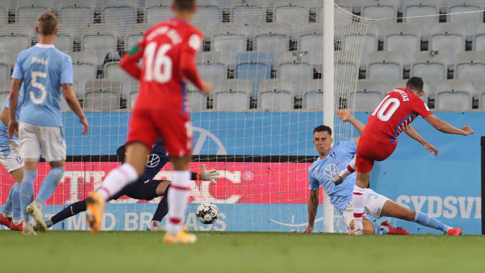 Antonio Puertas (derecha) lanza y marca al Malmoe
