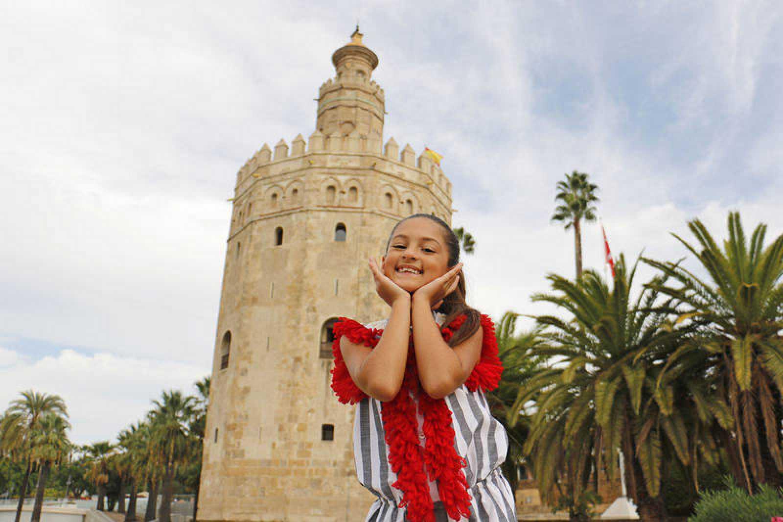 Soleá durante el rodaje al lado de la Torre del Oro, en Sevilla