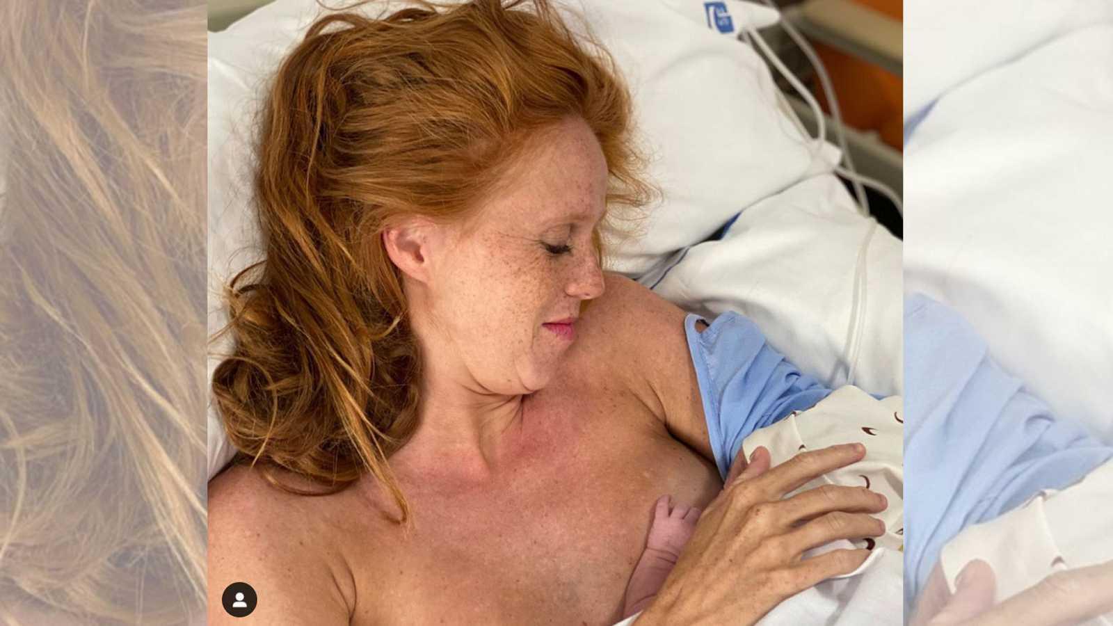 María Castro posa con su segunda hija en el hospital justo después de dar a luz