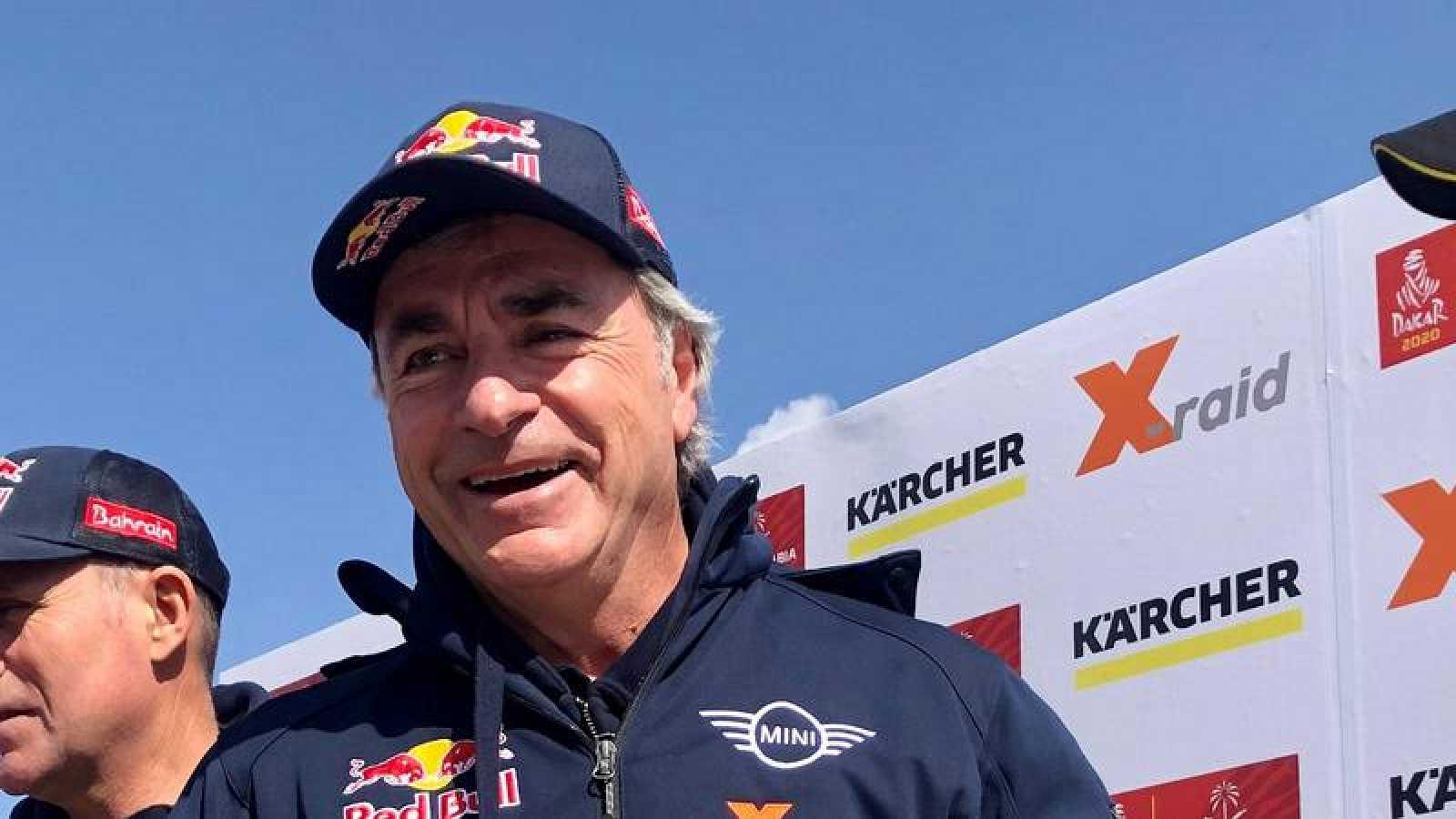 El español Carlos Sainz, durante el rally Dakar 2020 en el campamento de Riad (Arabia Saudí).