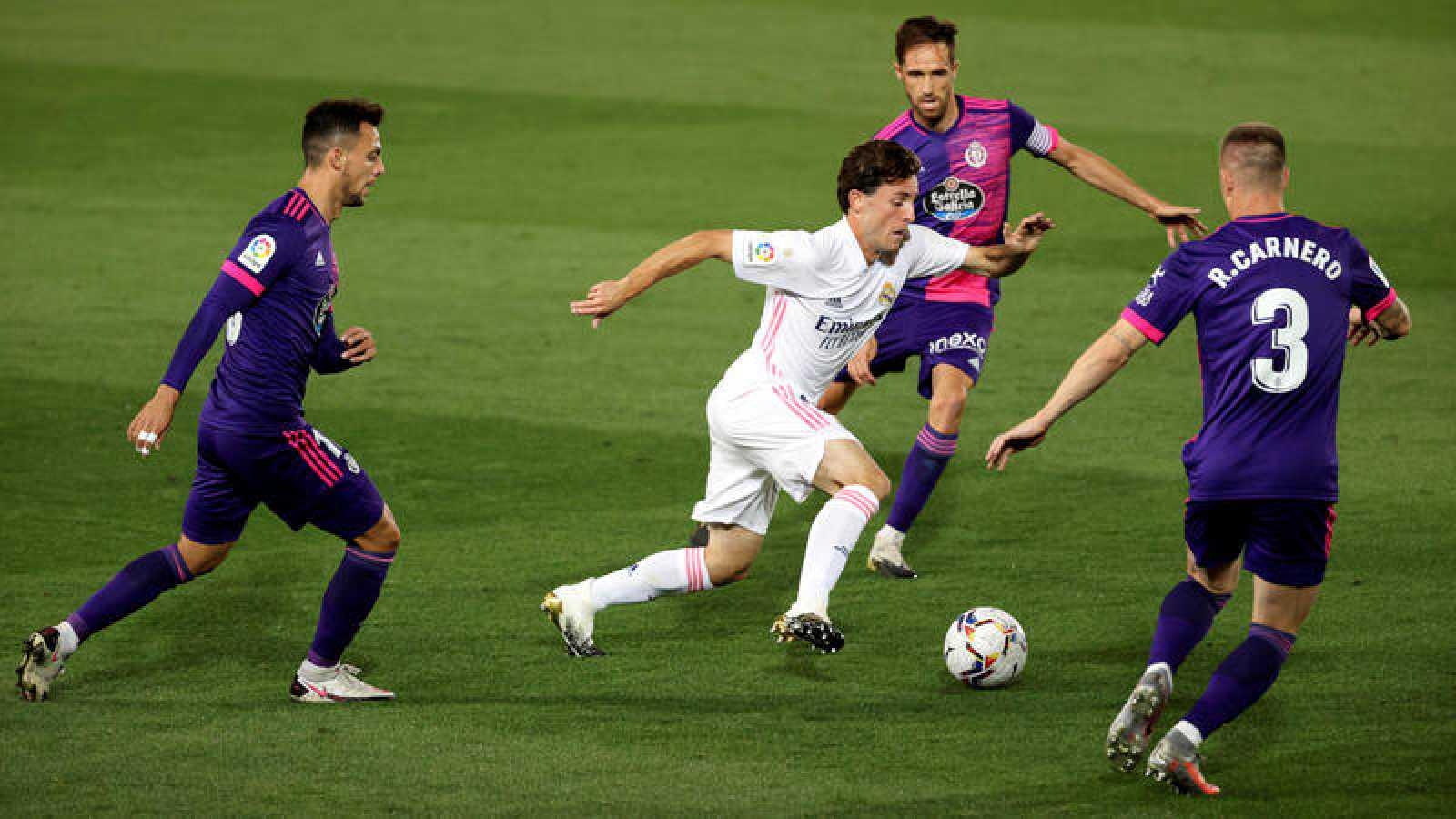 Álvaro Odriozola (c) controla el balón entre tres jugadores del Valladolid
