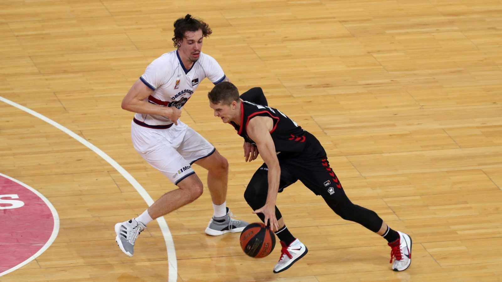 El base sueco del RETAbet Bilbao Basket, Ludde Hakanson (d) intenta superar al ala pivot del Monbus Obradoiro Àlex Suárez