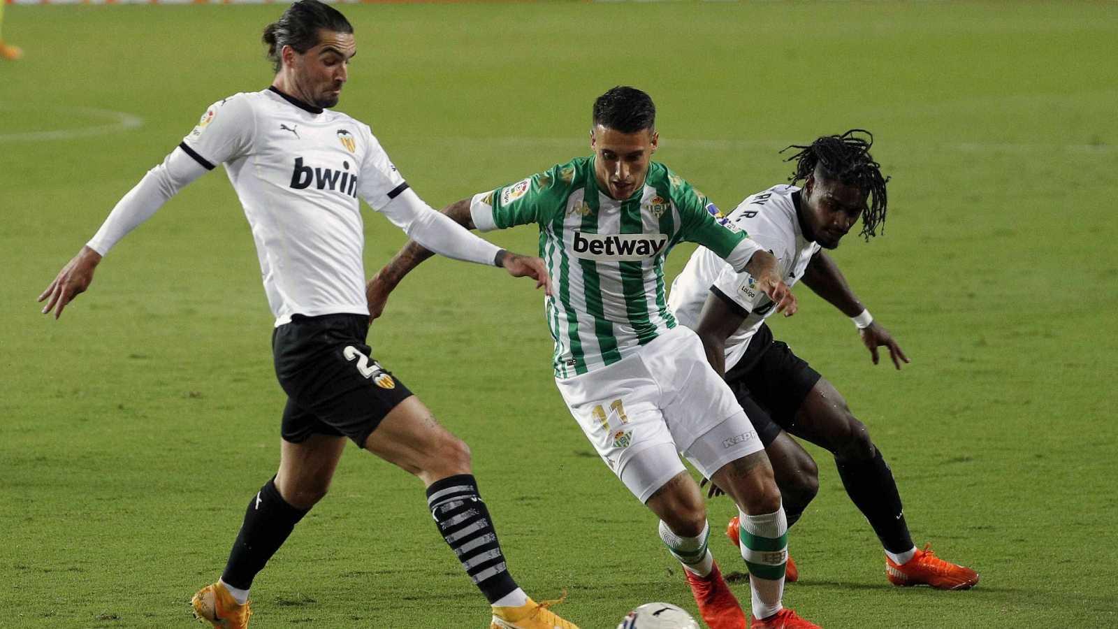El centrocampista del Real Betis Cristian Tello (c) intenta escaparse del portugués Thierry Rendall Correia (i) y de Jason Salgueiro,