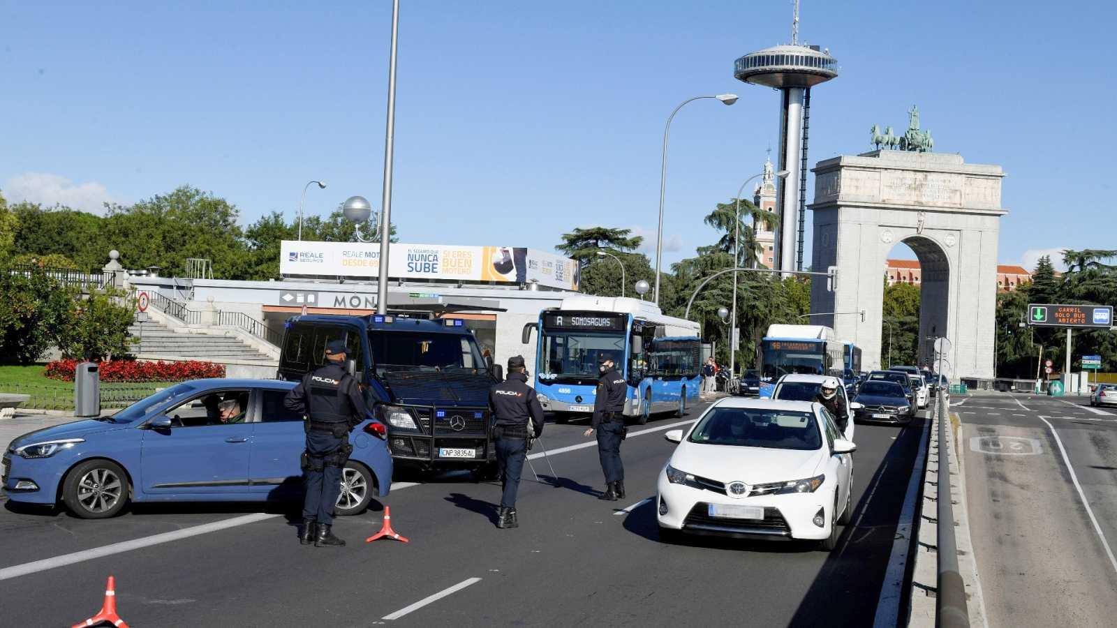 Policías montan un control en el distrito madrileño de Moncloa