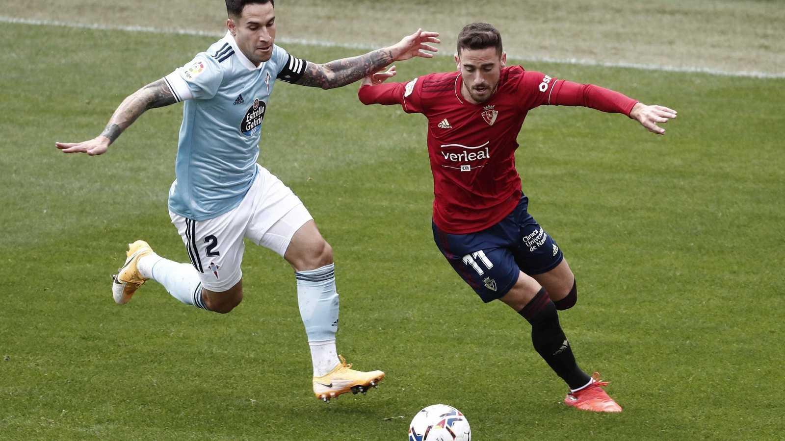 El delantero español del Osasuna Enrique Barja (d) lucha por el balón con el defensa Hugo Mallo, del Celta de Vigo