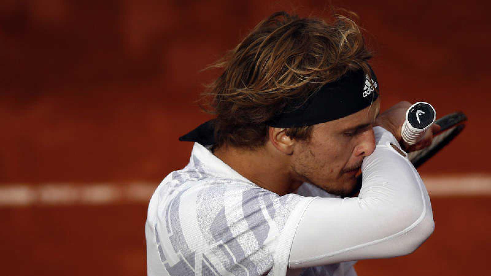 Alexander Zverev se lleva el brazo a la cara