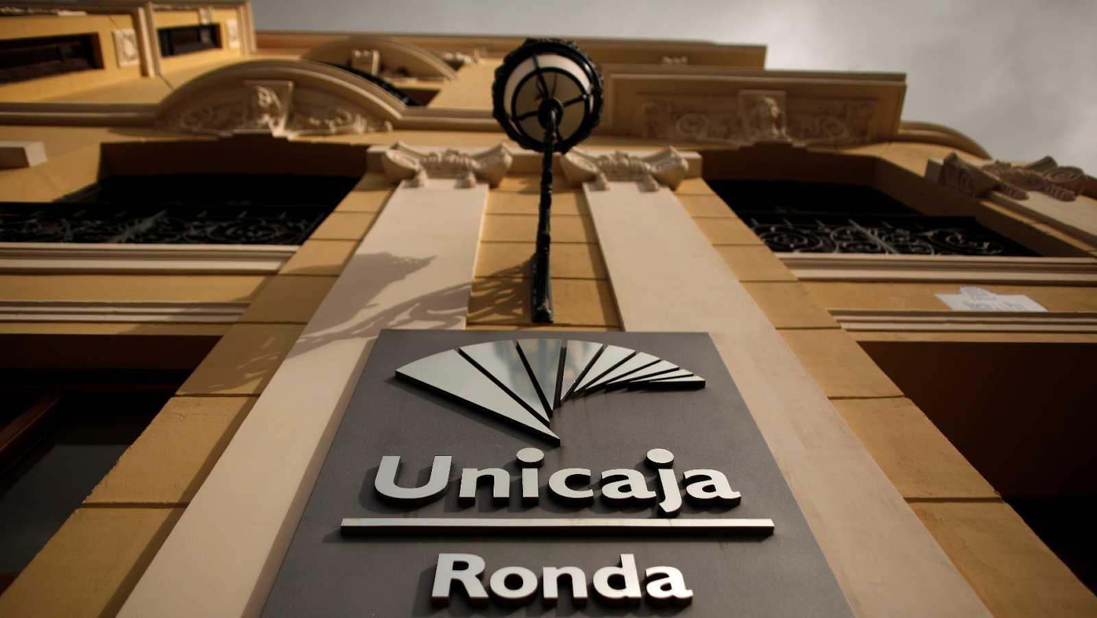 Logotipo de Unicaja en una sucursal en Ronda