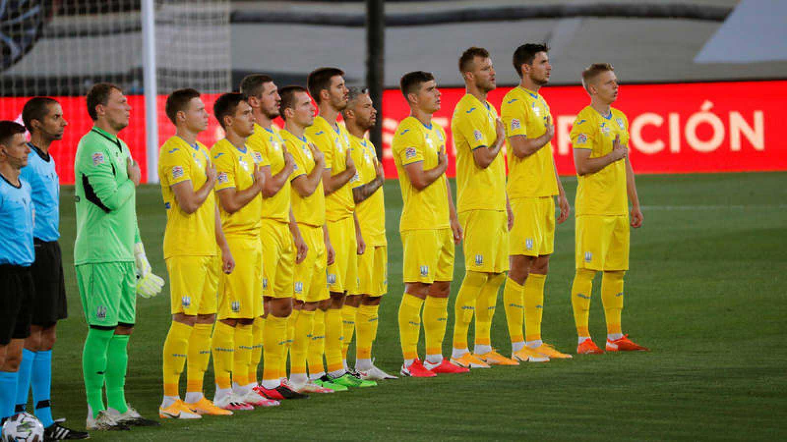 Imagen de los jugadores de la selección de Ucrania escuchando el himno nacional momentos antes del comienzo del partido de Liga de Naciones ante España.