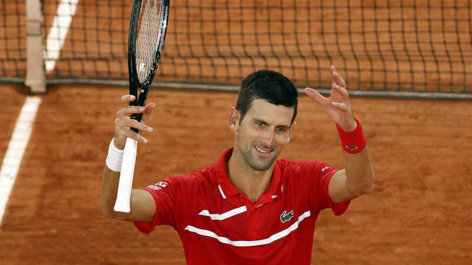 El serbio Novak Djokovic celebra su victoria sobre Khachanov.