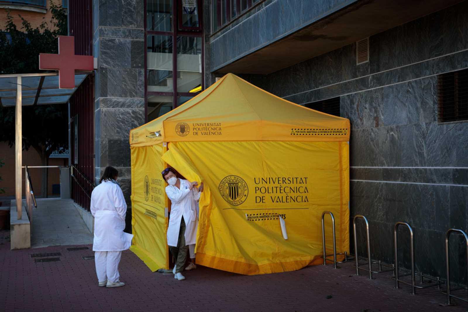 Carpa donde se practican test a estudiantes en la Universidad Politécnica de Valencia