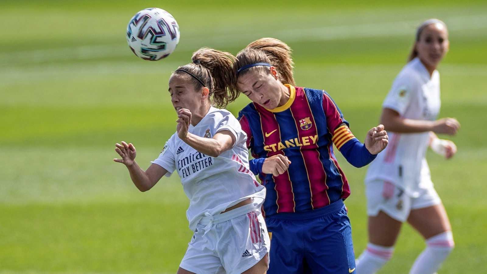 La centrocampista del FC Barcelona Alexia (d), y la centrocampista del Real Madrid Maite Oroz (i)