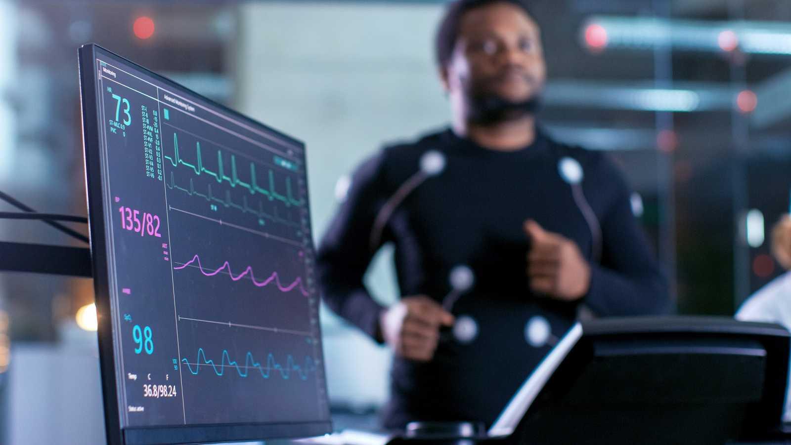 Una máquina controla las constantes de un deportista en una cinta de gimnasio.