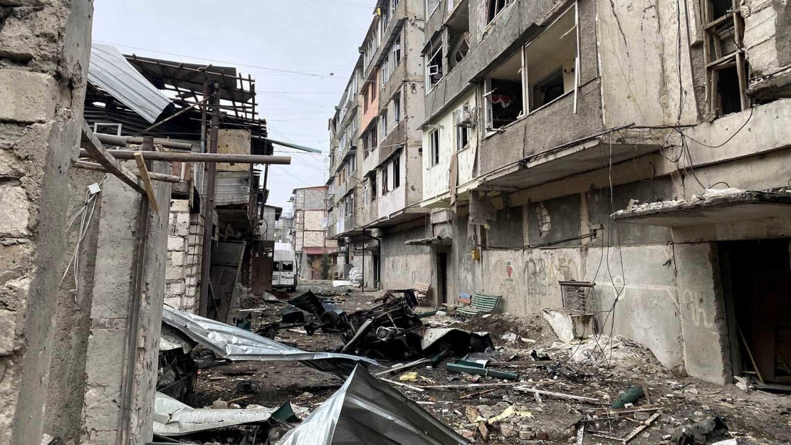 Stepanakert, la capital del enclave separatista de Nagorno Karabaj, destruida por los cohetes