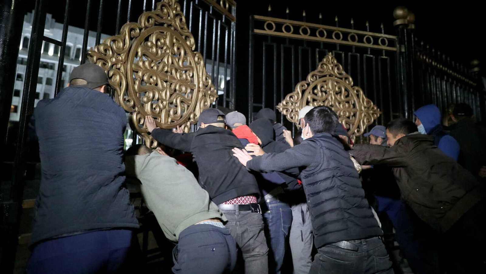 Manifestantes de la oposición contra los resultados de las elecciones parlamentarias asaltan las puertas de la Casa de Gobierno en el centro de Bishkek, Kirguistán.