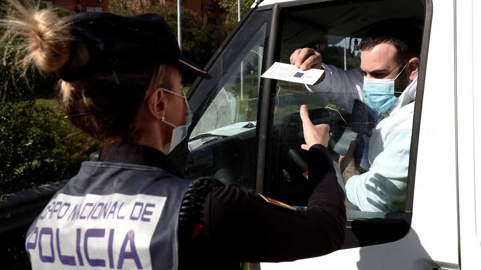 Control policial en el acceso a capital este pasado lunes, primer día laborable de las nuevas restricciones establecidas en Madrid capital y otros nueve municipios para frenar la expansión del coronavirus. EFE/Mariscal
