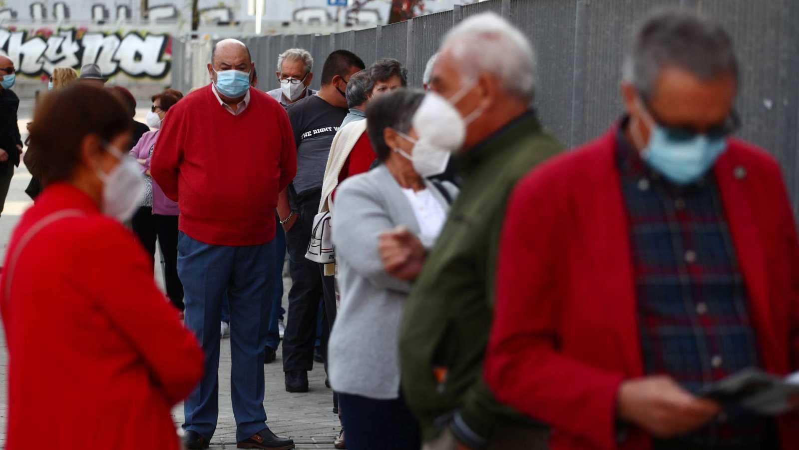 Vecinos de Puente de Vallecas hacen cola para someterse a test de antígenos para detectar coronavirus