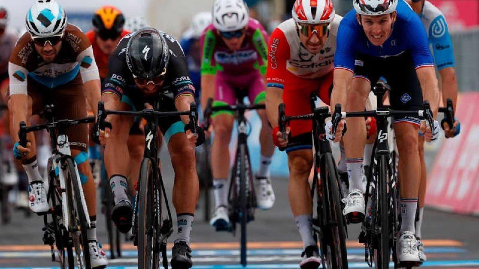 Arnaud Demare (FDJ) deja a peter Sagan (Bora) a las puertas de la victoria en el sprint de Villafranca Tirrena.