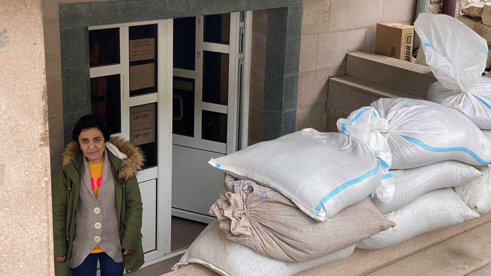 Una mujer en un refugio antibombardeo.