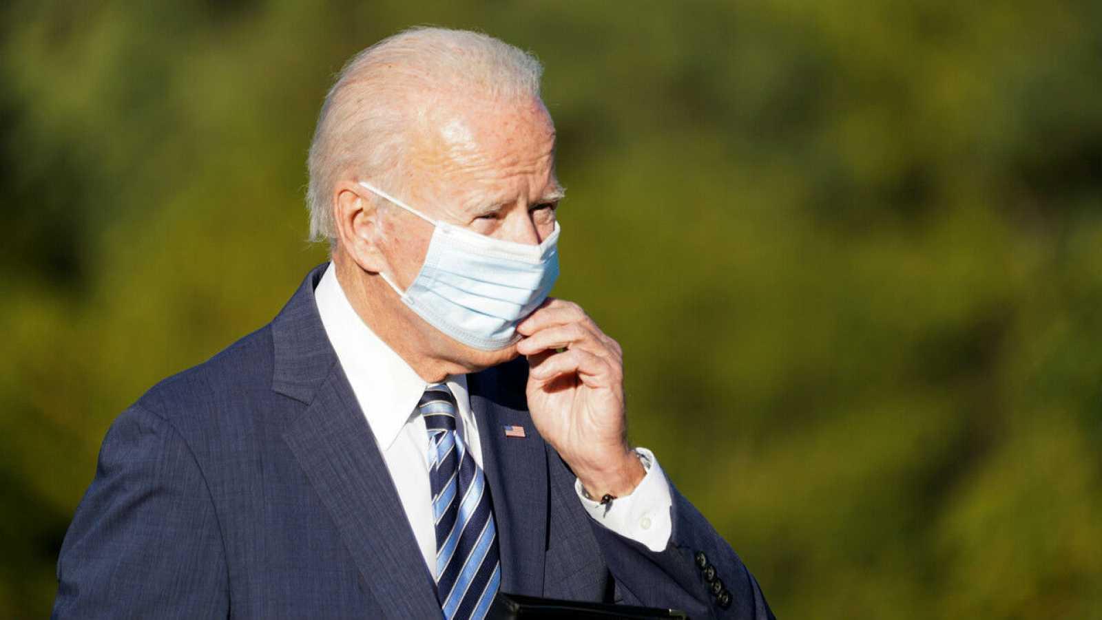 El candidato presidencial demócrata de Estados Unidos, Joe Biden, se ajusta la mascarilla durante una parada de campaña en Gettysburg, Pensilvania, Estados Unidos.