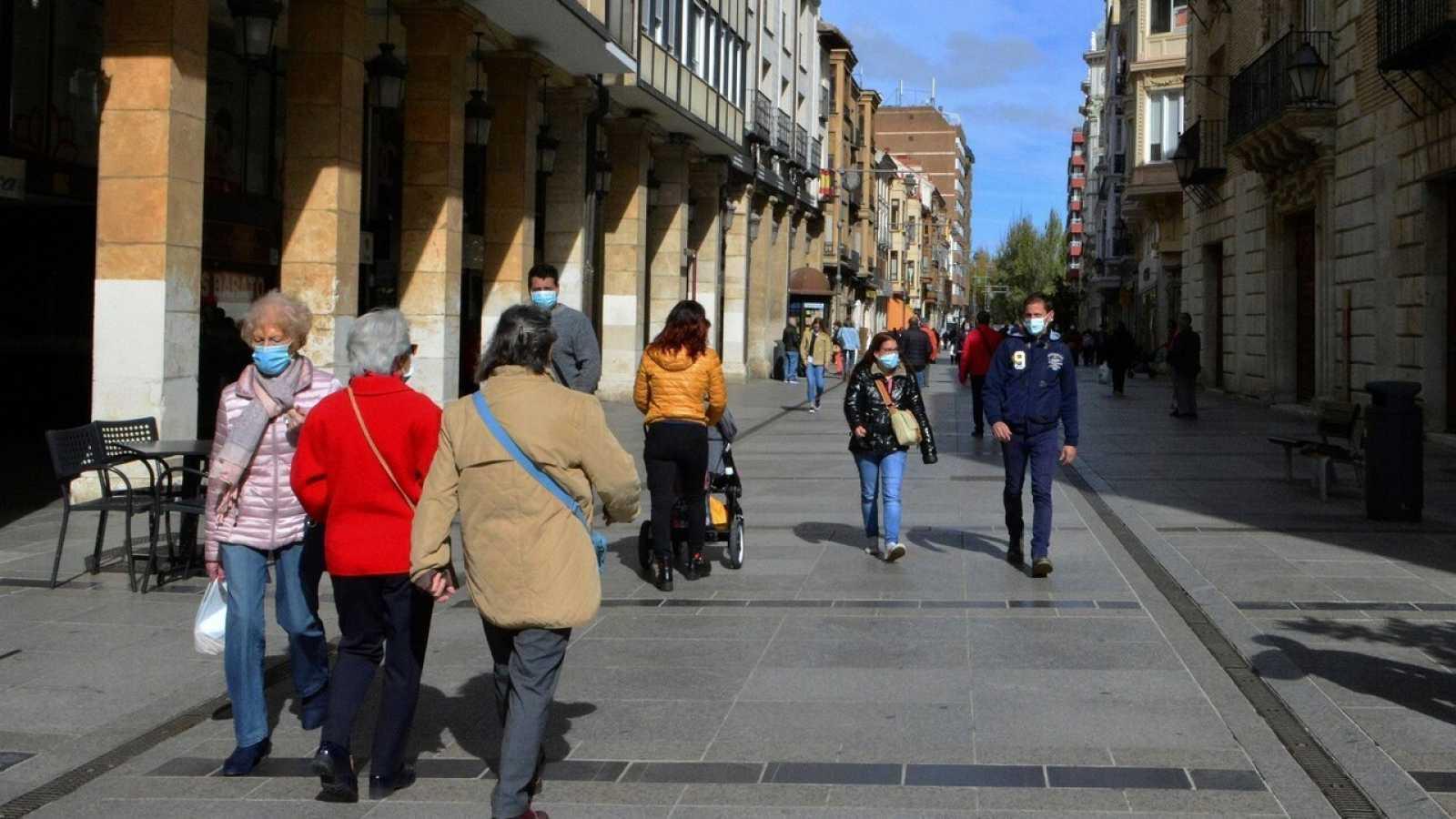 Vista de la calle Mayor de Palencia. La ciudad tiene desde hoy restricciones de movilidad perimetral, las mismas medidas que las que ya se aplican en Madrid, y durante al menos 14 días. EFE/ Almudena Alvarez