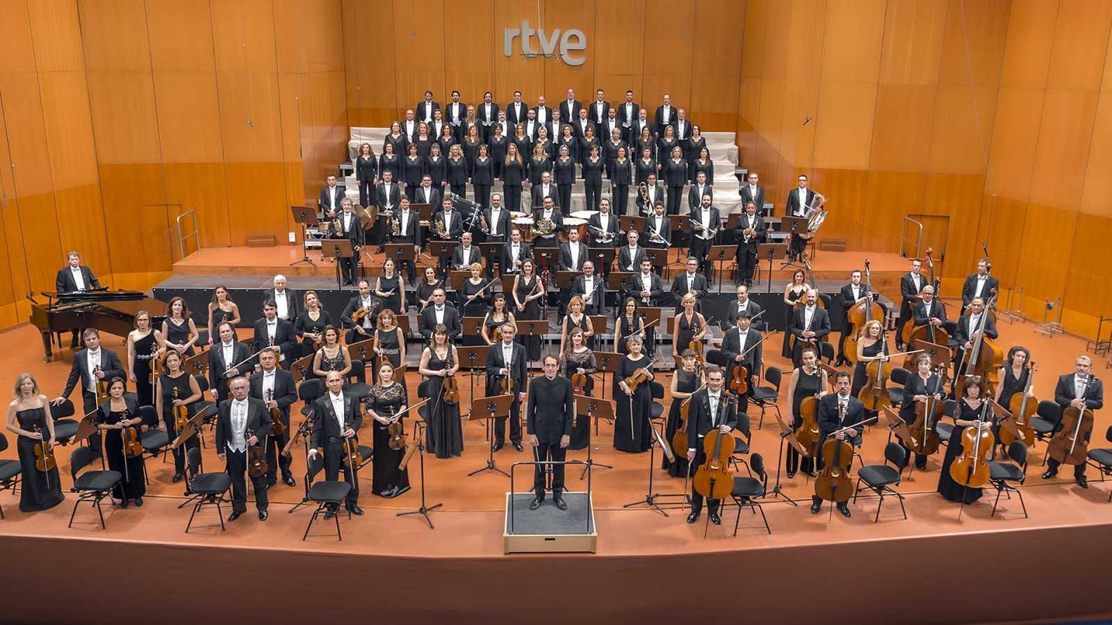 La Orquesta Sinfónica y Coro en el Teatro Monumental  con su director, Pablo González