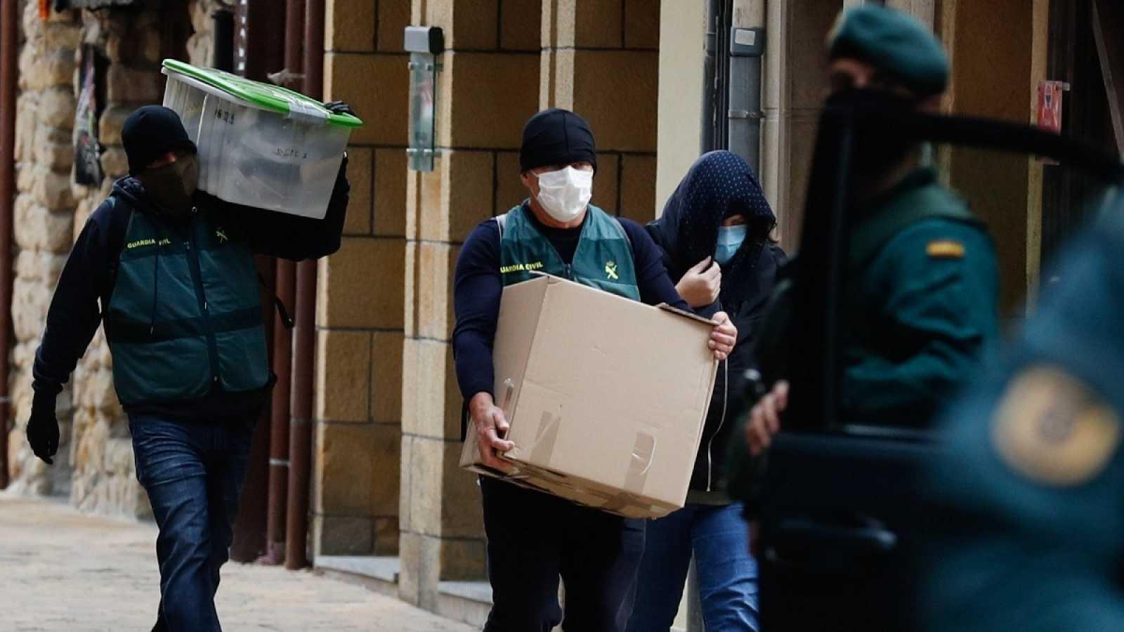 Agentes de la Guardia Civil trasladan material incautado durante la operación llevada a cabo este lunes en Zarautz (Guipuzkoa)