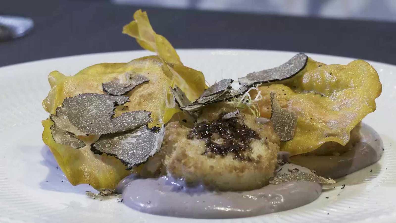 huevos divorciados sobre puré de patata violeta