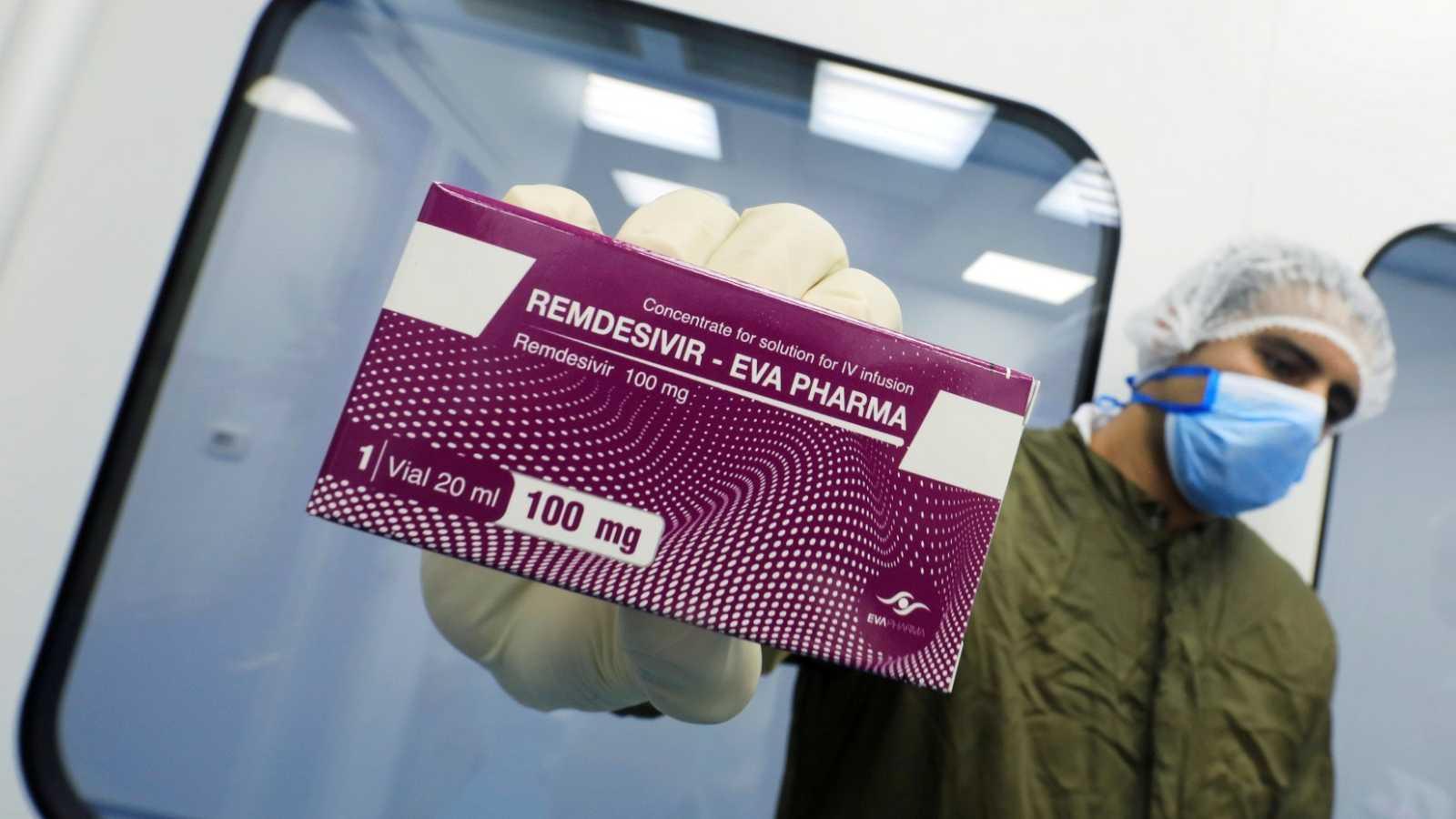 Un sanitario sostiene el fármaco Remdesivir contra el coronavirus