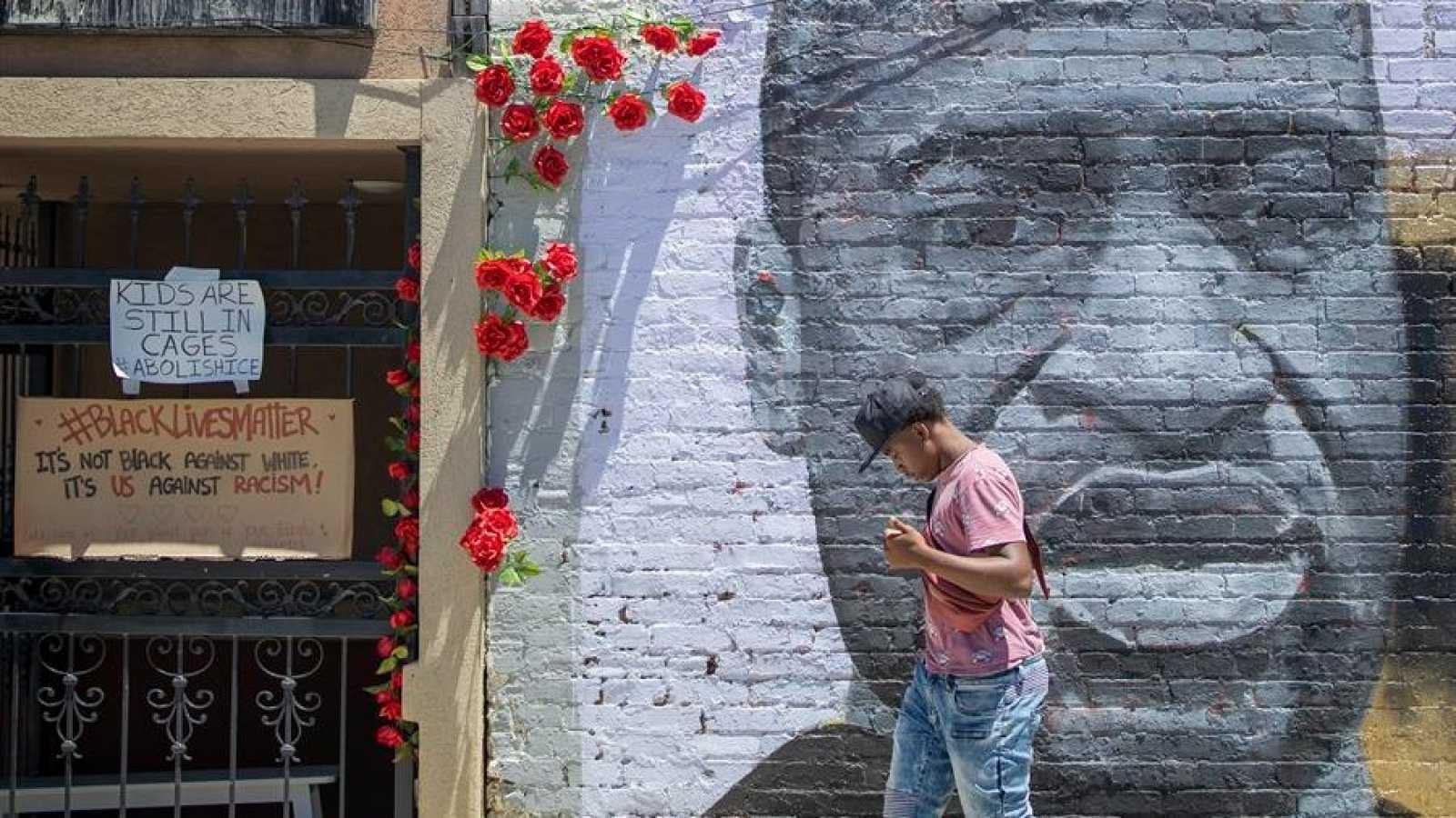 Un hombre pasa ante un mural en homenaje a George Floyd en Atlanta