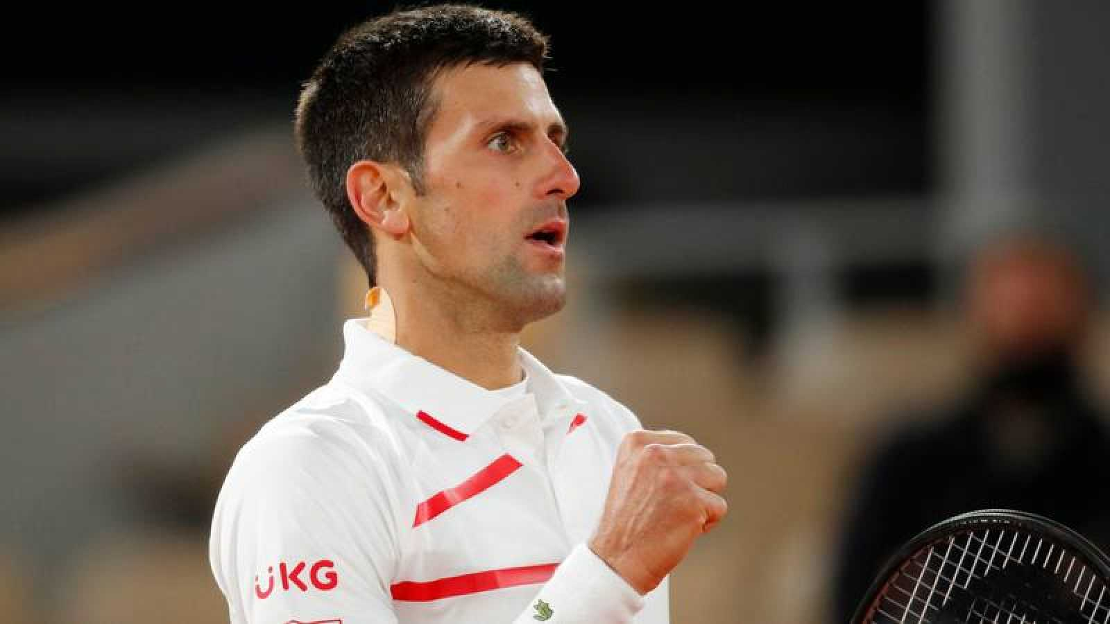 Djokovic celebra su pase a semifinales de Roland Garros.