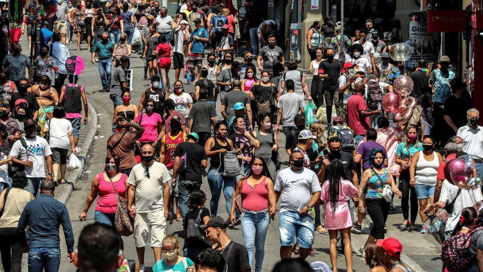 Decenas de personas caminan por una vía comercial, en el centro de Sao Paulo (Brasil).