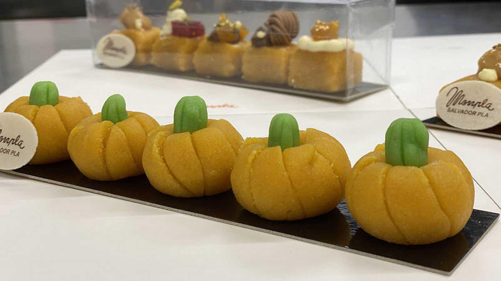 Los mazapanes que se regalan los enamorados en el 9 de octubre en Valencia tiene forma de frutas y petardos