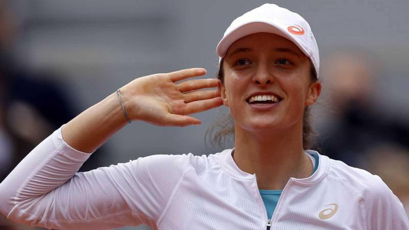 La tenista polaca Iga Swiatek celebra su trinfo en semifinales de Roland Garros ante Nadia Podoroska.
