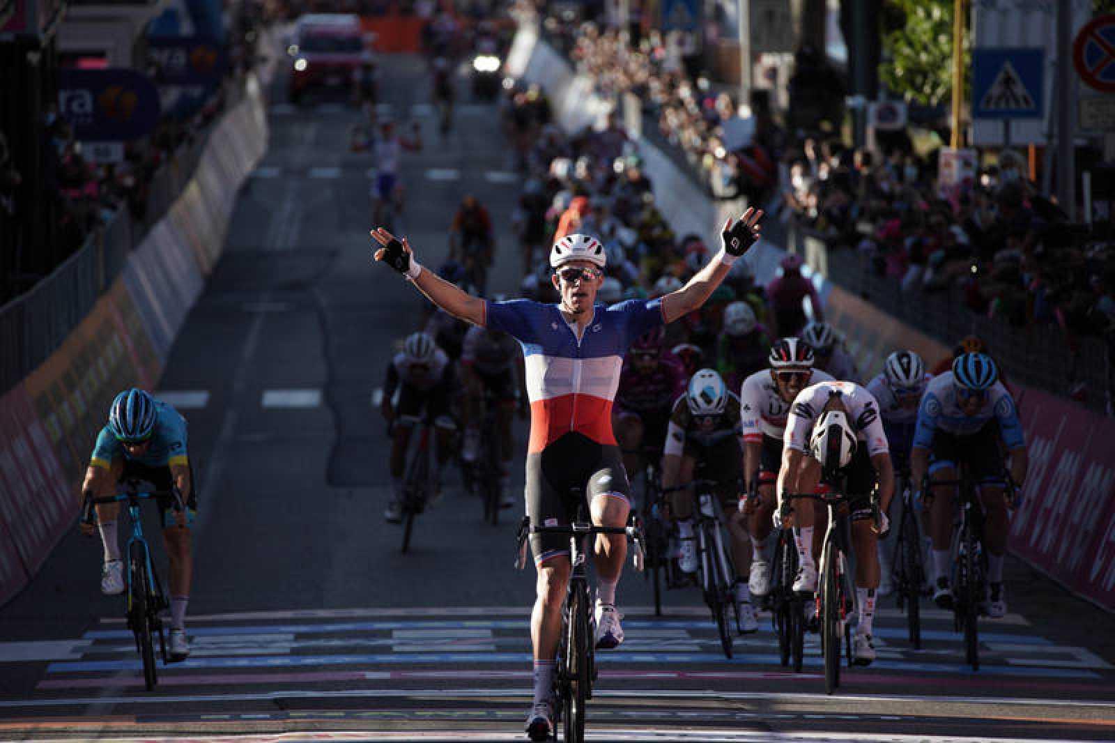 Imagen del francés Arnaud Demare durante el 'sprint' de la sexta etapa del Giro 2020.