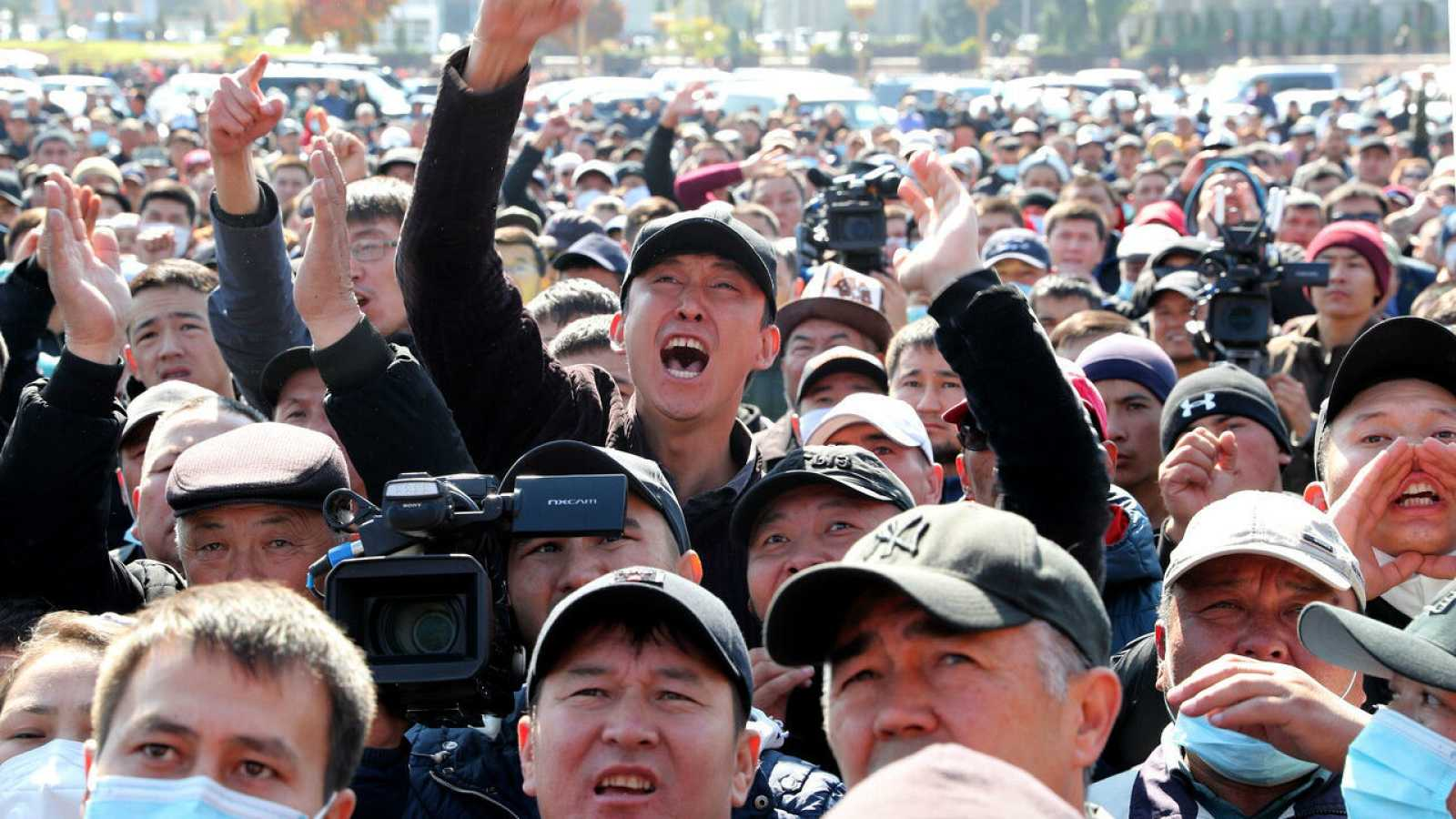 Los manifestantes se reúnen durante una manifestación para exigir el juicio político del presidente de Kirguistán, Sooronbai Jeenbekov, en la plaza central de Ala-Too en Bishkek, Kirguistán.