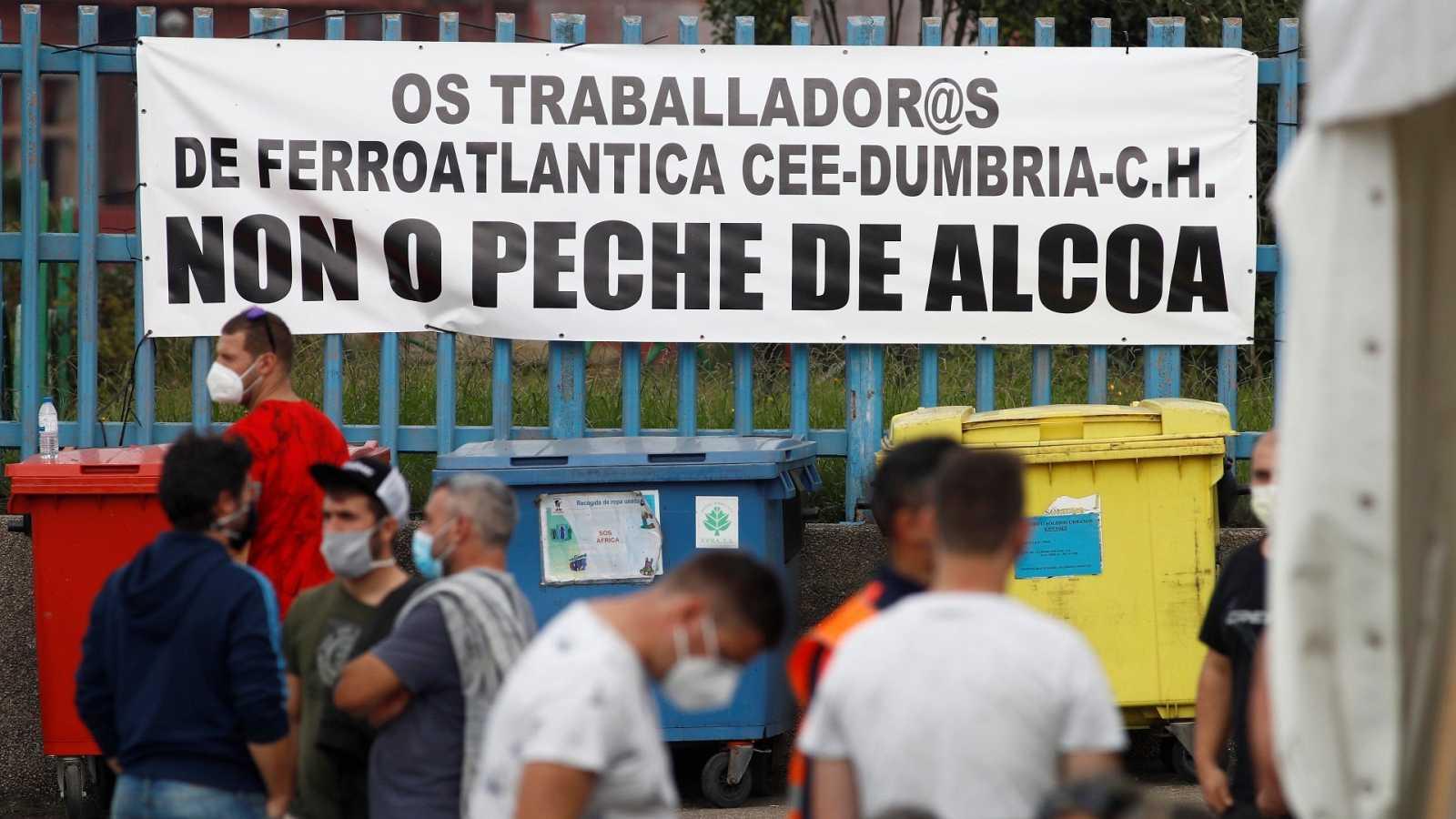 Trabajadores de la planta de Alcoa en San Cibrao protestan con el anuncio del ERE