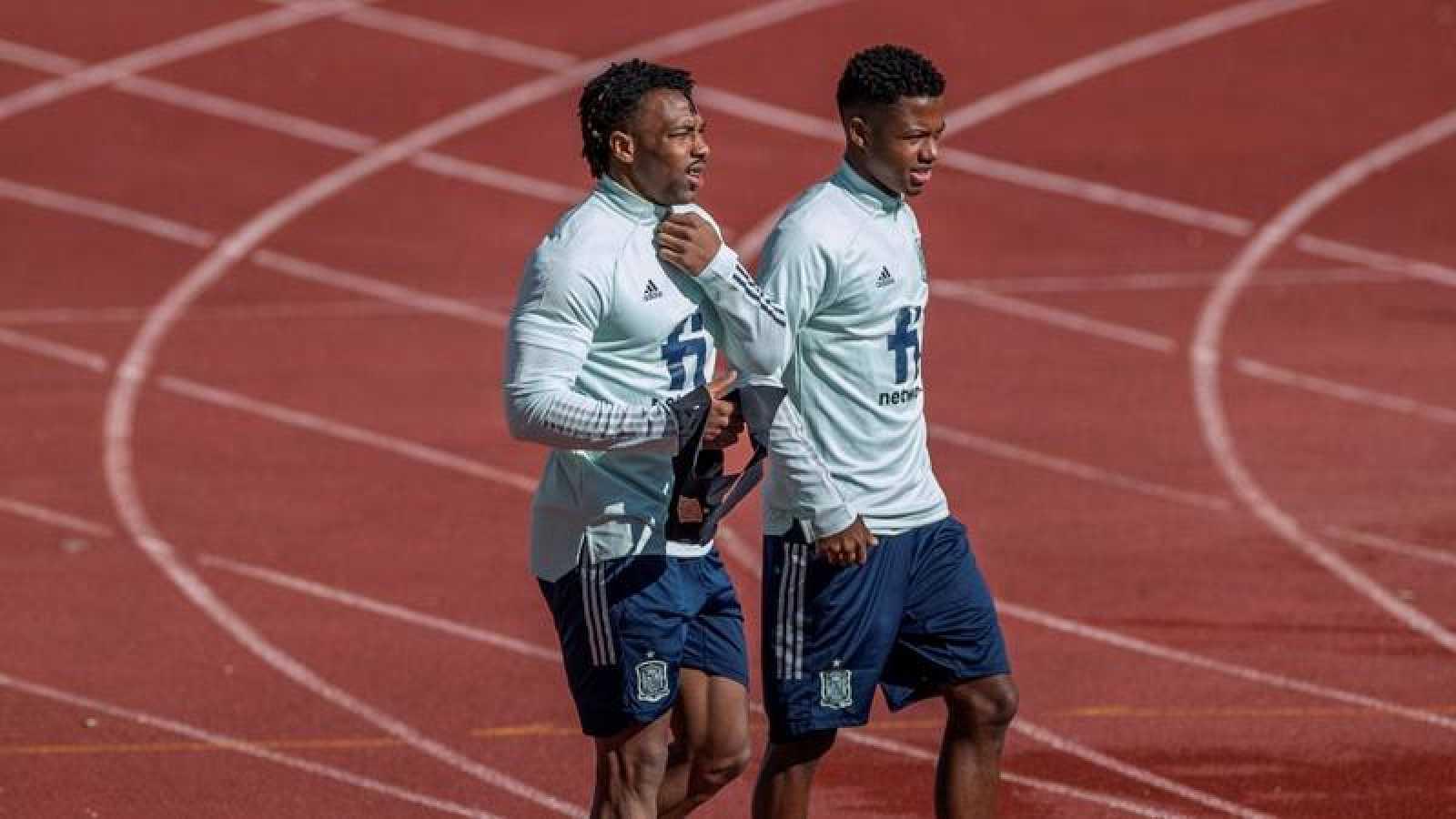 Los futbolistas de la selección nacional española Adama Traore (i) y Ansu Fati durante un entrenamiento.
