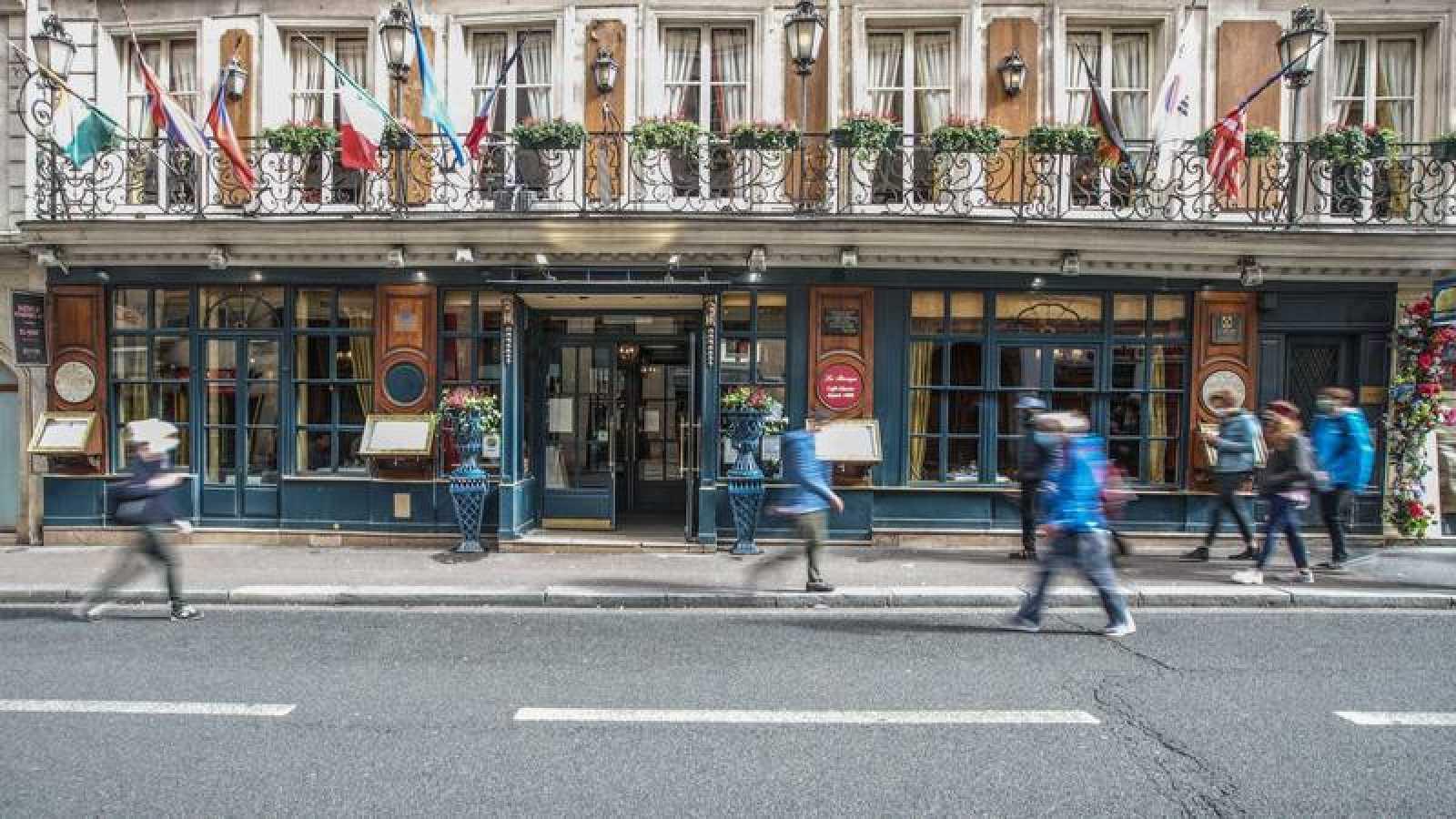 El aumento de casos ha llevado al cierre de bares y cafeterías en París.