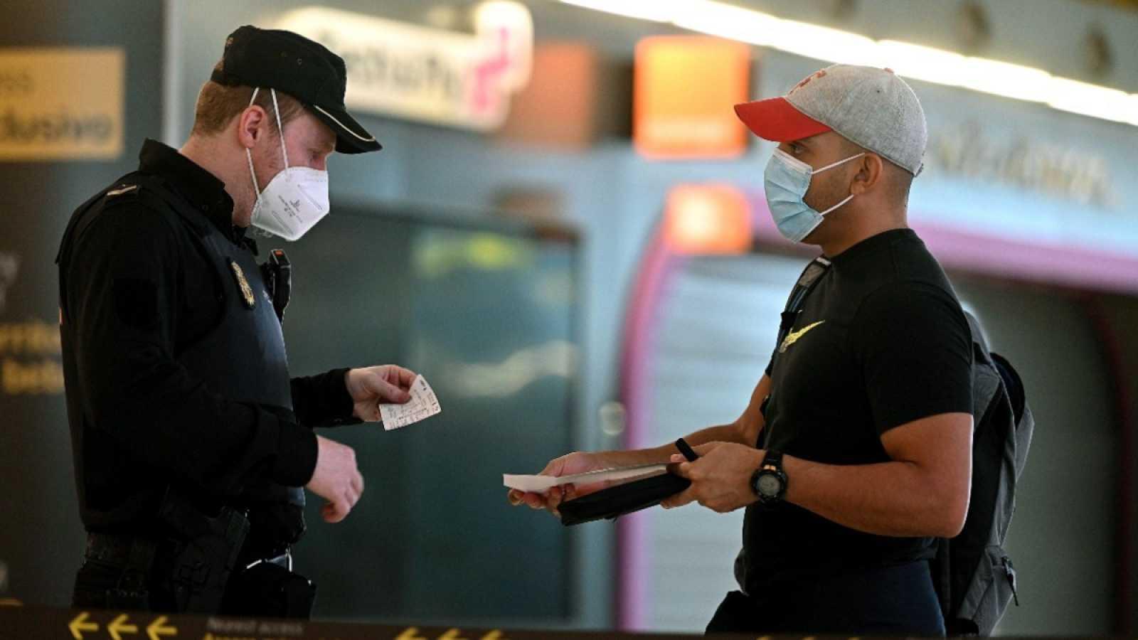 Un agente pide la documentación a un hombre en una estación