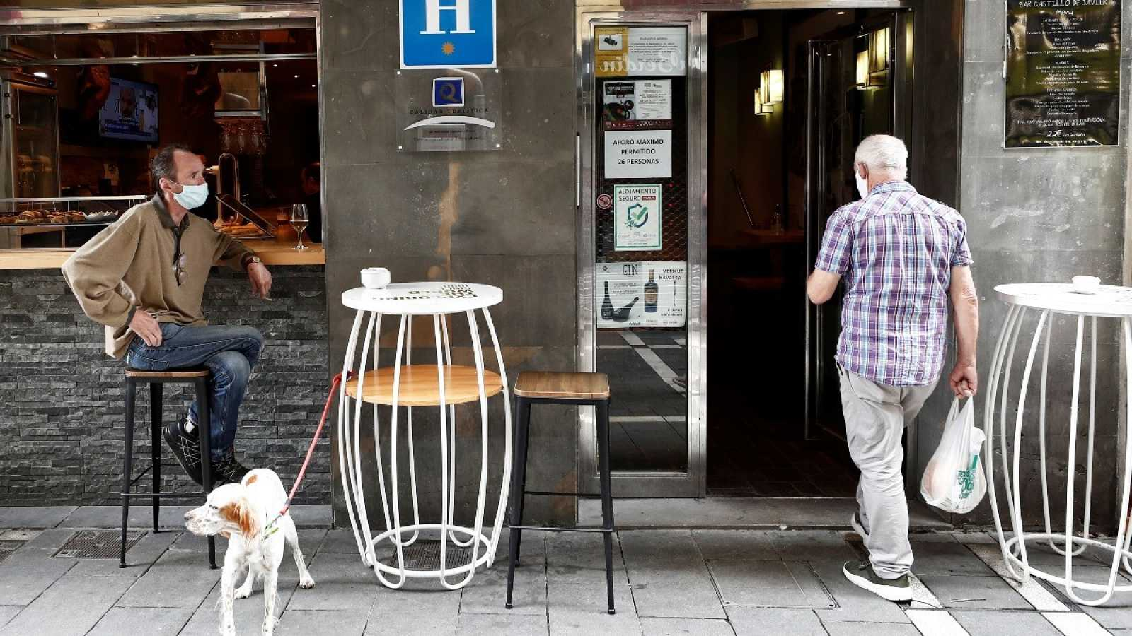 Un hombre entra en el bar de un hotel en Pamplona