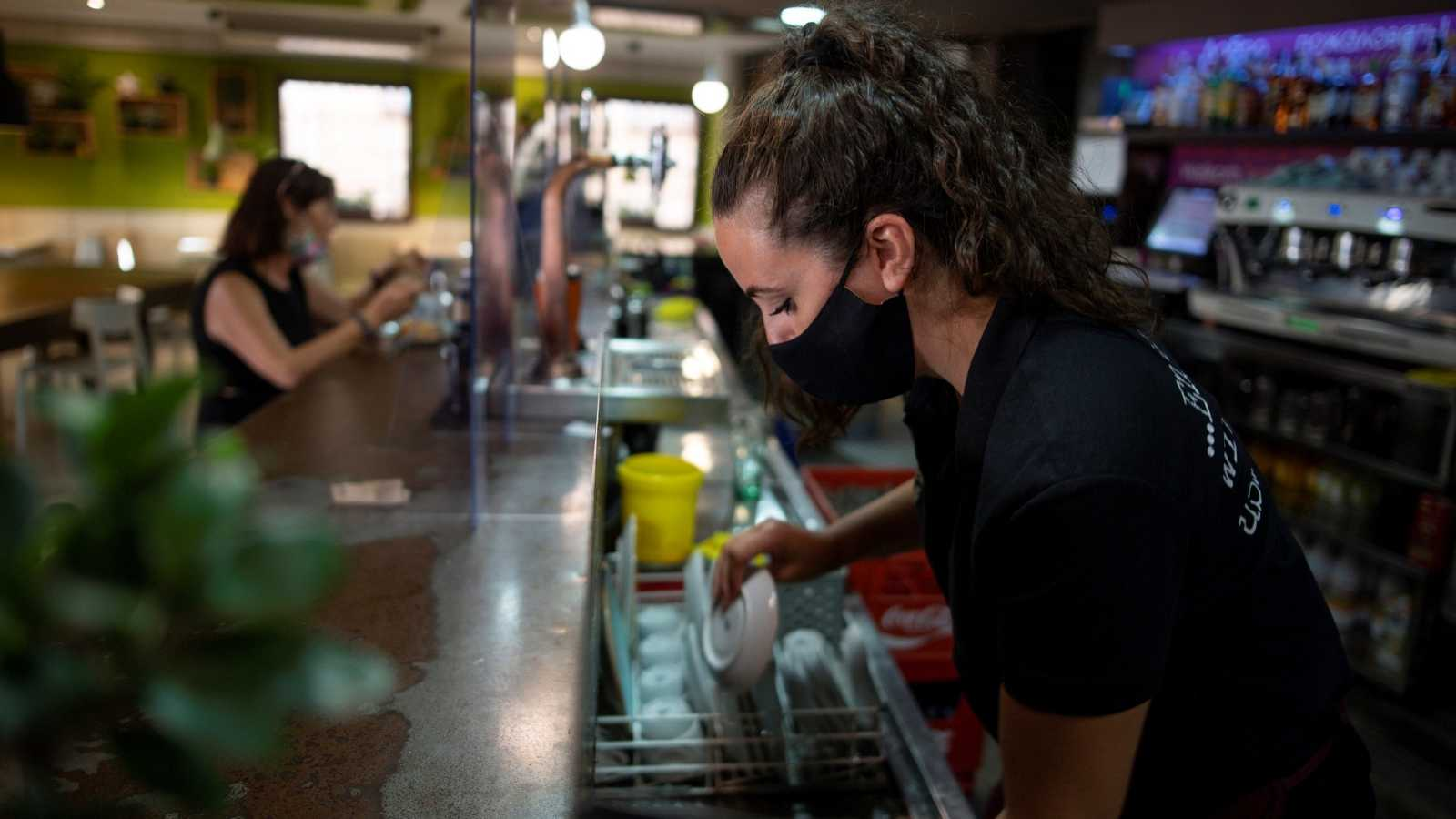 Una camarera trabaja en un bar en Toledo.