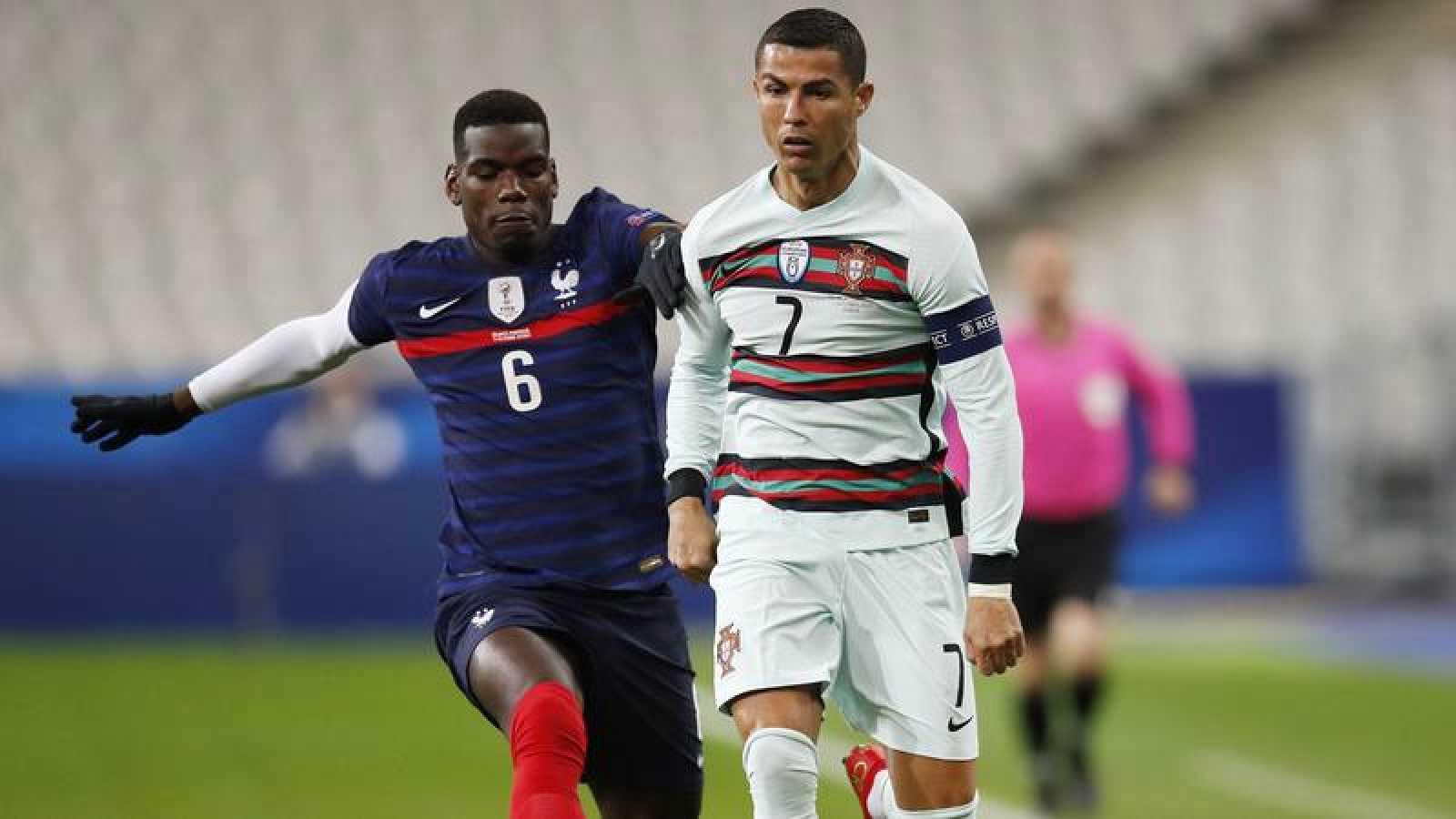 Cristiano Ronaldo, marcado por Pogba en un momento del Francia - Portugal.