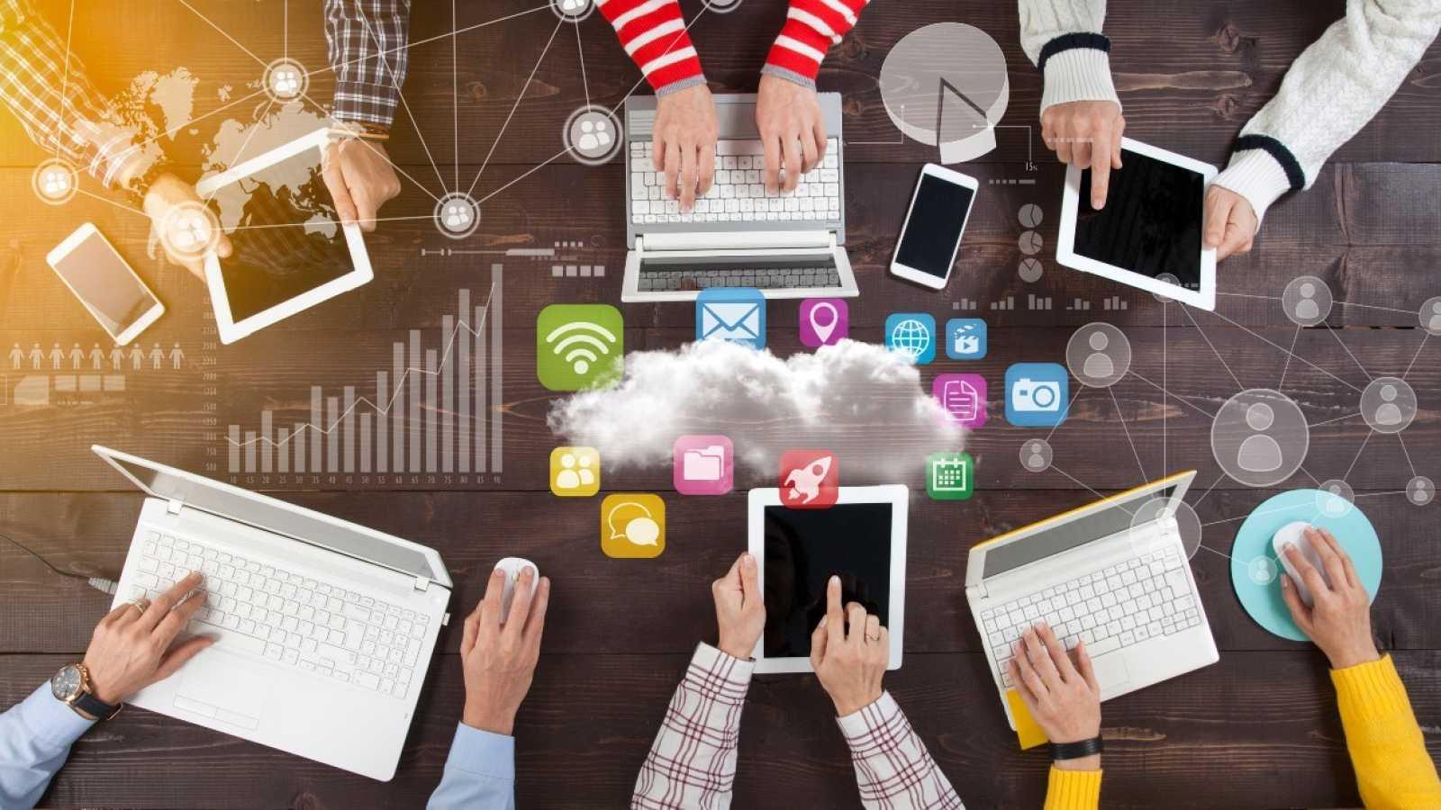 Distintos dispositivos para el uso de programas y aplicaciones digitales propiedad de las grandes multinacionales.