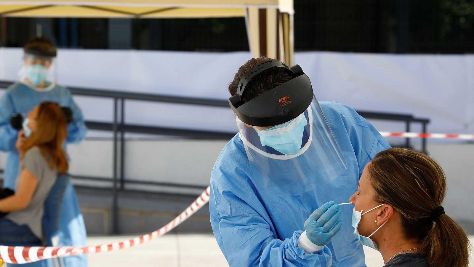 La OMS achaca el aumento de los casos al aumento de pruebas, que se rastrea mejor y se encuentran antes los casos menos graves.