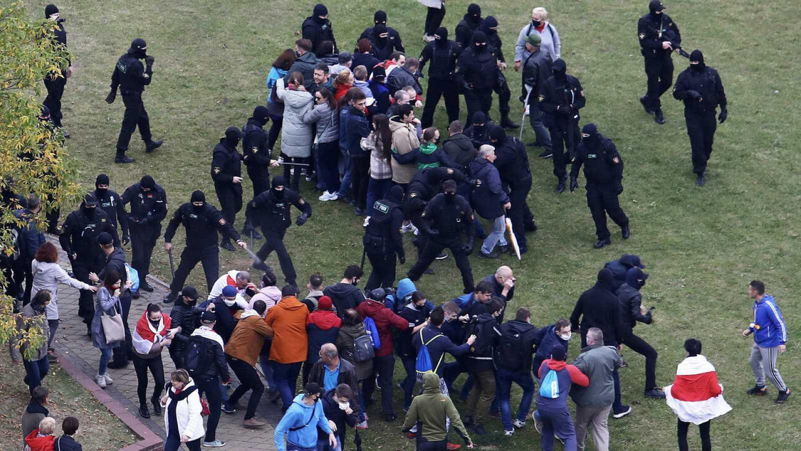 Policías bielorrusos y manifestantes se enfrentan en una protesta contra los resultados de las elecciones presidenciales en Minsk, Bielorrusia, el 11 de octubre de 2020.