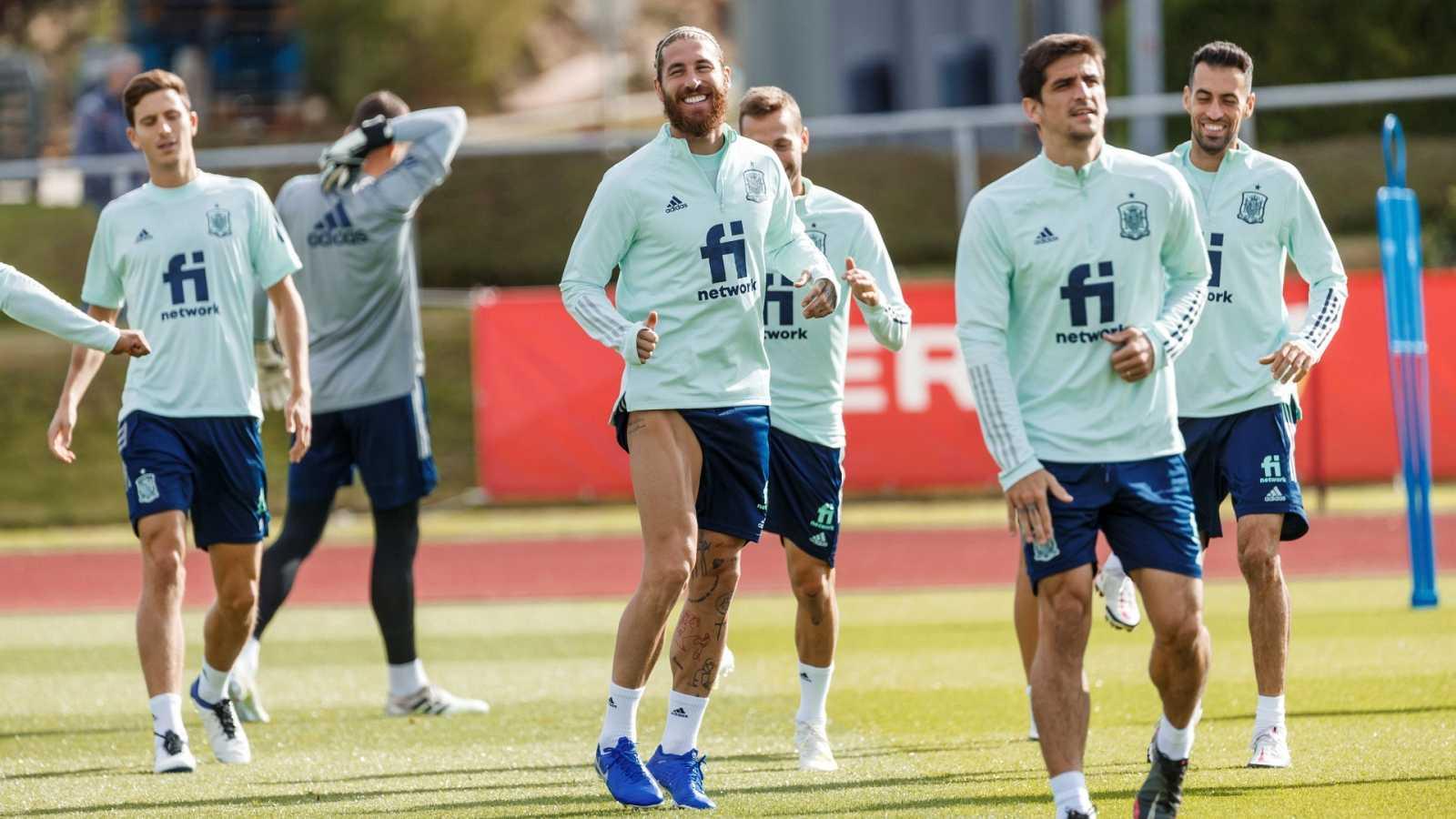 El capitán de la selección española de fútbol, Sergio Ramos (c), durante un entrenamiento en Las Rozas